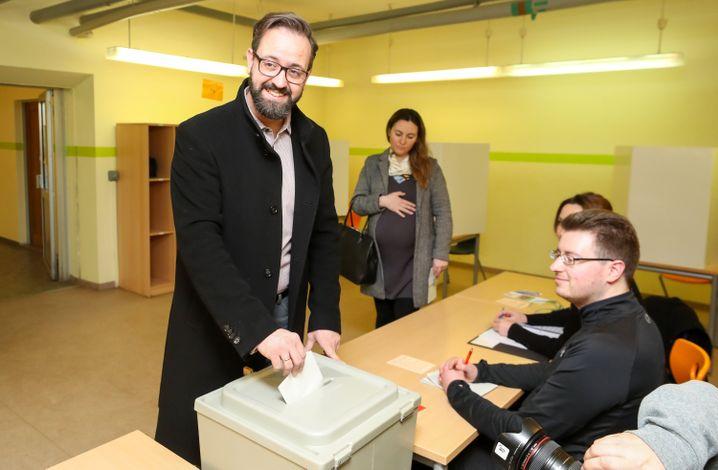 CDU-Kandidat Sebastian Gemkow bei der Stimmabgabe: Kann er die Dominanz der Sozialdemokraten durchbrechen?