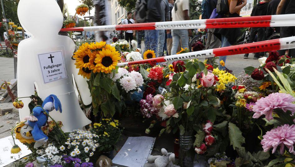Blumen an der Unfallstelle: Zwei junge Männer, eine ältere Frau und ein dreijähriger Junge kamen ums Leben