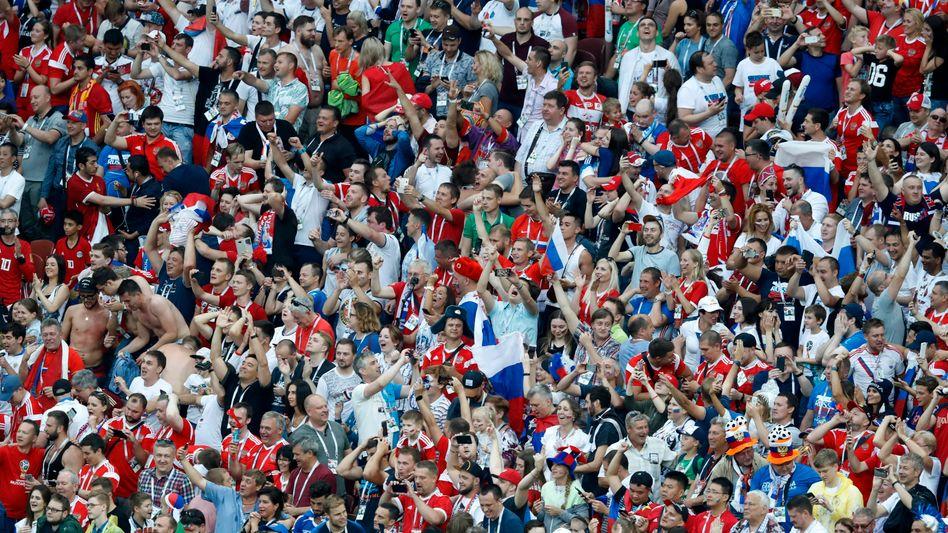 Jubelnde russische Fans