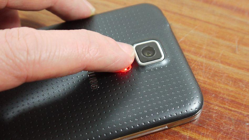 Smartphone mit Fingerabdrucksensor: Zu schlecht geschützt, sagen Experten