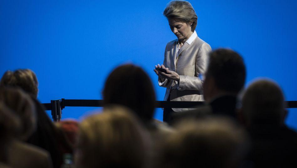 Ursula von der Leyen ist dafür bekannt, Amtsgeschäfte und Anweisungen per SMS zu erledigen
