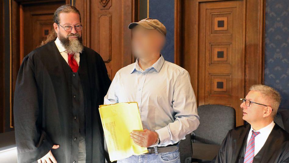 Prozessauftakt in Schwerin: Der Angeklagte, ein ehemaliges SEK-Mitglied, zwischen seinen Verteidigern