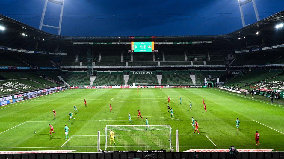 Das Bremer Weserstadion am Montagabend: Wenn die Zuschauer bis Jahresende fehlen, würde das die 18 Bundesligaklubs 450 Millionen Euro kosten