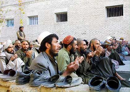 Herat: Gefangene Taliban beim Gebet