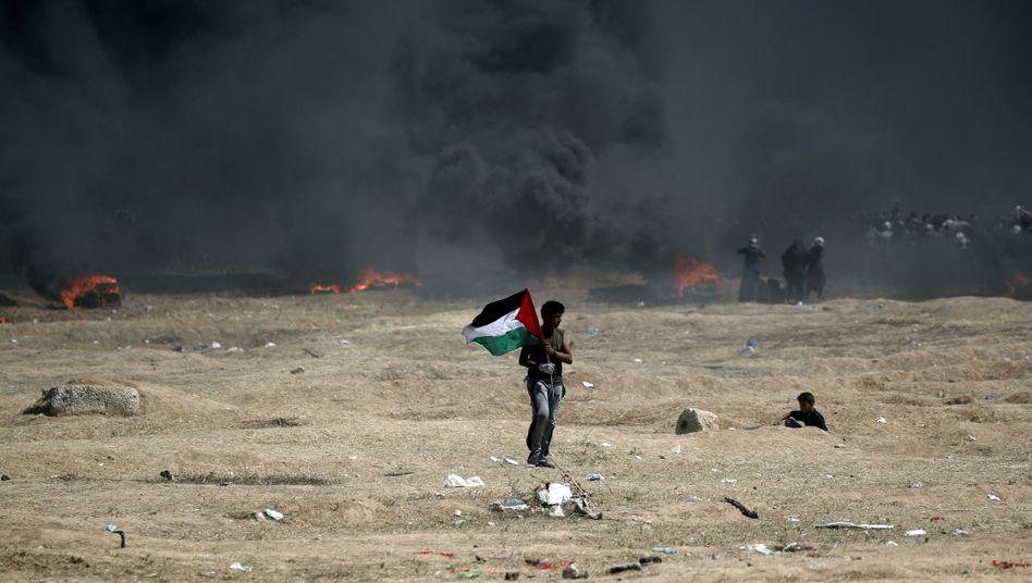 Schwarzer Rauch verhüllte am Montag die Grenze zwischen Israel und Gaza