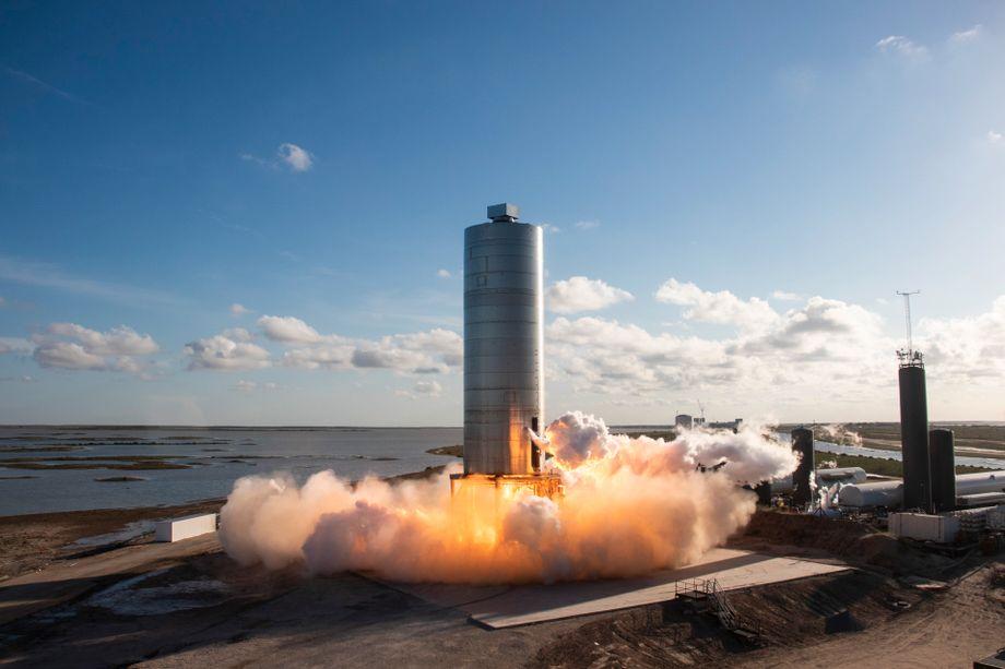 Hier sieht man eine »Starship«-Versuchsrakete im August 2020. Bei diesem Testflug handelte es sich um einen sogenannten Hop, dabei flog die Rakete nur etwa 150 Meter hoch.
