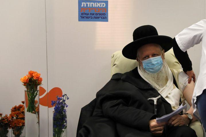 Mann wird in Israel gegen Corona geimpft (Symbolbild)