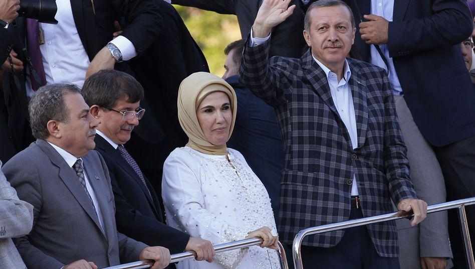 Erdogan (r.), Außenminister Davotuglu (2.v.l.,Archiv): Gegendemonstrationen erwartet