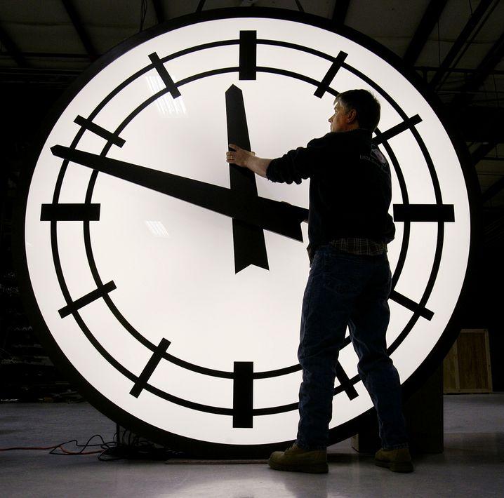 Wer hat an der Uhr gedreht: Eine Stunde wird geraubt