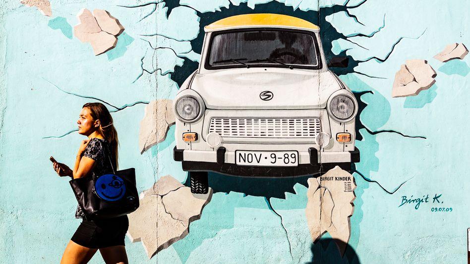 Wandmalerei an der East Side Gallery in Berlin