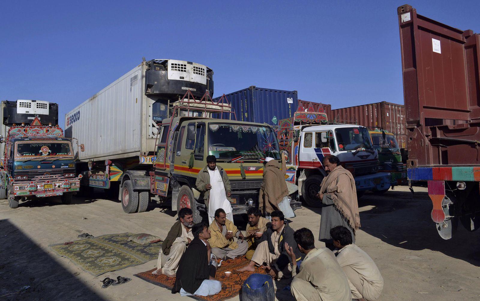 Pakistan / Nato-Trucks