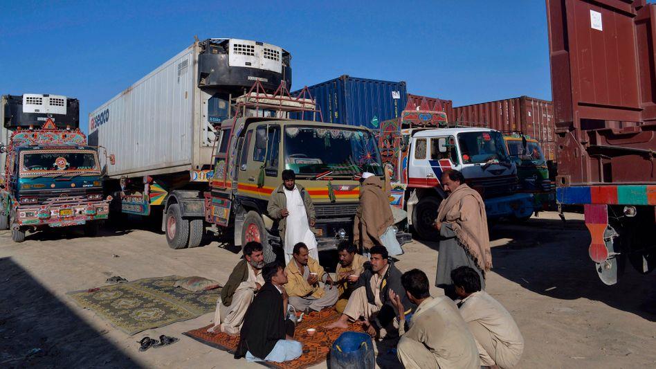 Lkw-Schlange an der pakistanisch-afghanischen Grenze: Pakistan blockiert Nato-Versorgung