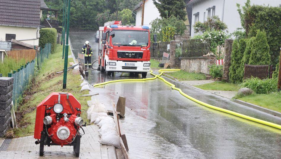 Feuerwehreinsatz in Gierstädt: Der kleine Ort bei Erfurt stand am Sonntagmorgen unter Wasser
