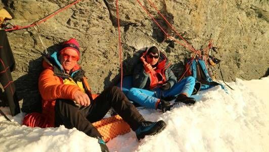 """Peter Habeler (l.) und David Lama im """"Todesbiwak"""" in der Eiger Nordwand (2017)"""