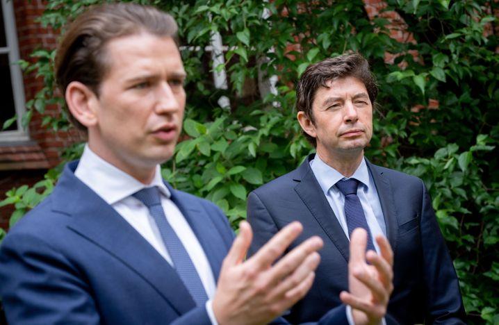 Sebastian Kurz (l), Bundeskanzler von Österreich, und Christian Drosten, Direktor des Instituts für Virologie an der Charité, geben nach einem Treffen auf dem Gelände der Charite ein Pressestatement
