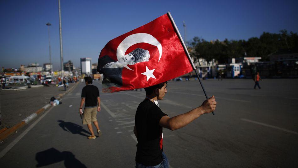 Demonstrant mit türkischer Flagge in Istanbul: Staatspräsident Gül äußert Verständnis