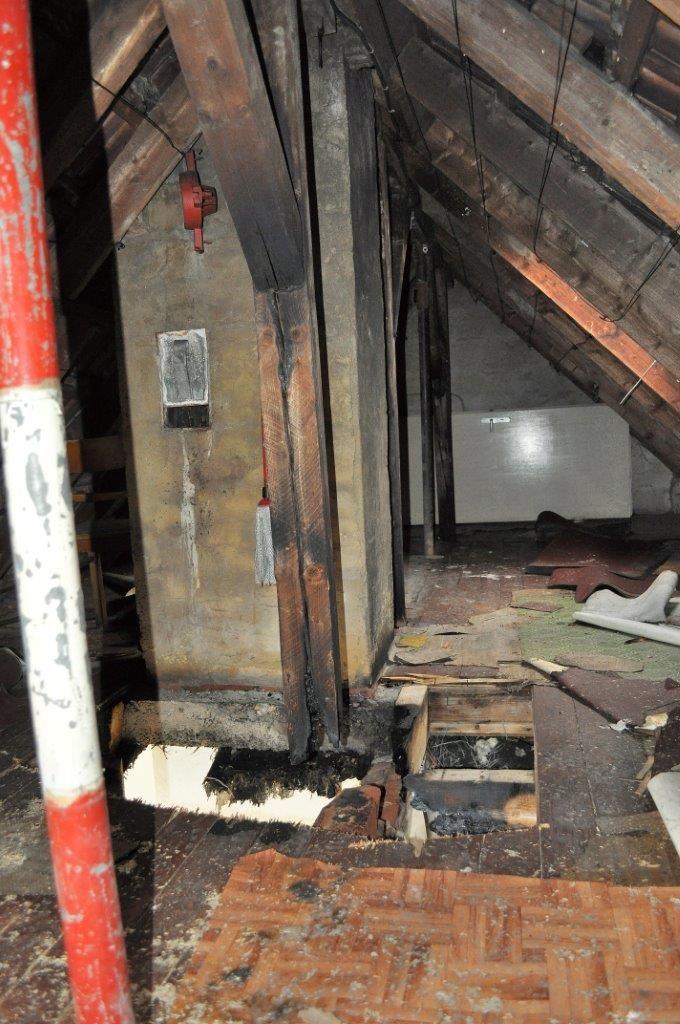 Dachboden nach dem Anschlag: Feuer konnte gelöscht werden