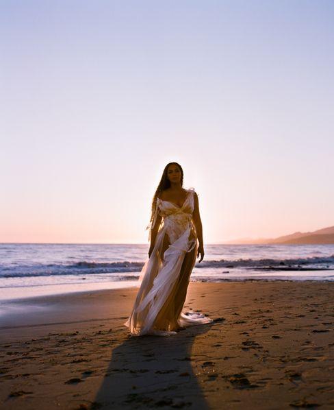 """Beyoncé in der """"Bigger""""-Sequenz von """"Black Is King"""": Wallendes Kleid, wallende Mähne"""