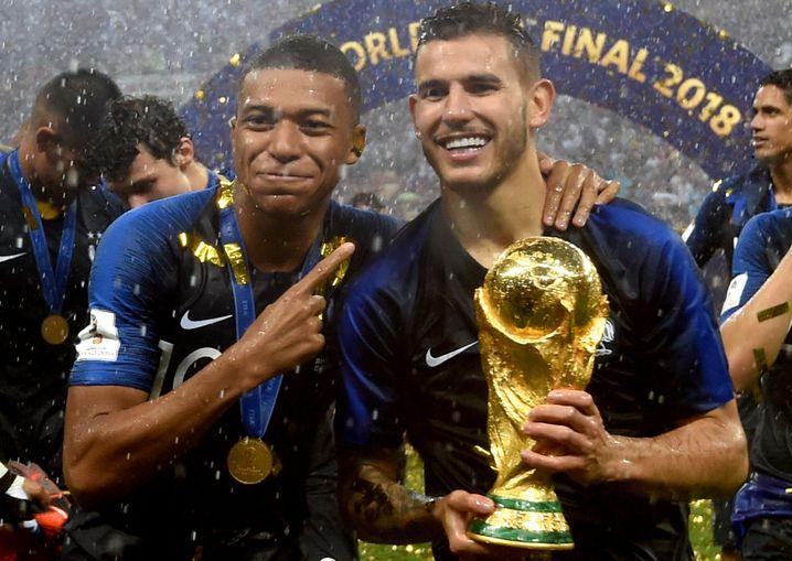 Kylian Mbappé und Lucas Hernández im Glück (Weltmeister)
