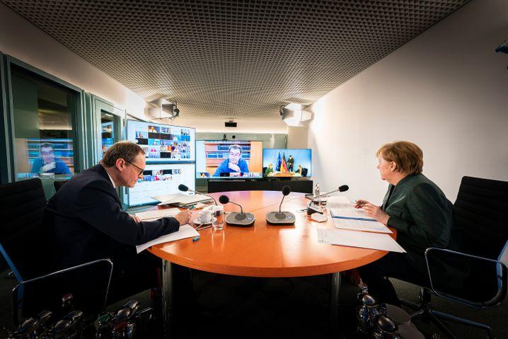 Michael Müller und Angela Merkel bei Bund-Länder-Runde: Mehr als sieben Stunden getagt