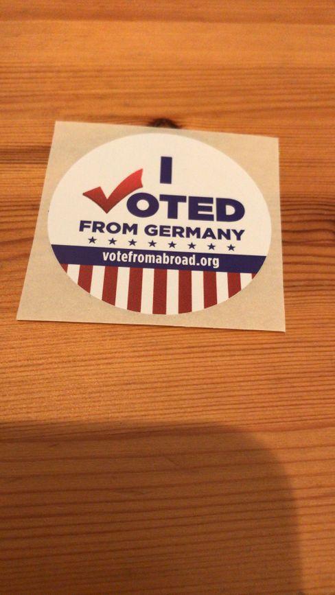 """Wer es schafft, seine Stimme abzugeben, erhält aus der Heimat einen """"I voted""""-Sticker zugesandt"""