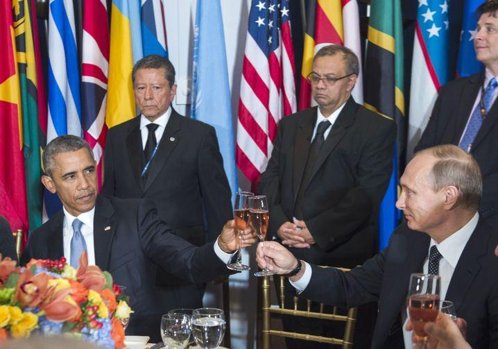 Obama und Putin stoßen an - und ja, die Gläser berührten sich