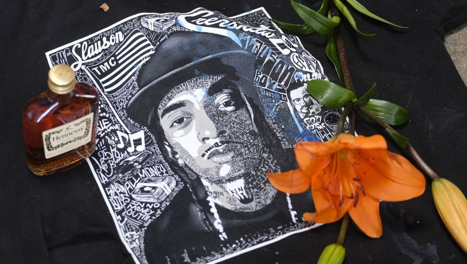 Trauernde haben in Los Angeles neben einem Bild von Nipsey Hussle Blumen und eine Flasche Hennessy gelegt