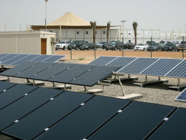 Solarzellen-Testanlage in Abu Masdar-City (im Juli 2008): Ölscheichs, die Ökoenergie fördern