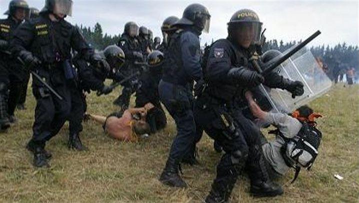 Massiver Polizeieinsatz: Mit Tränengas gegen Technoanhänger