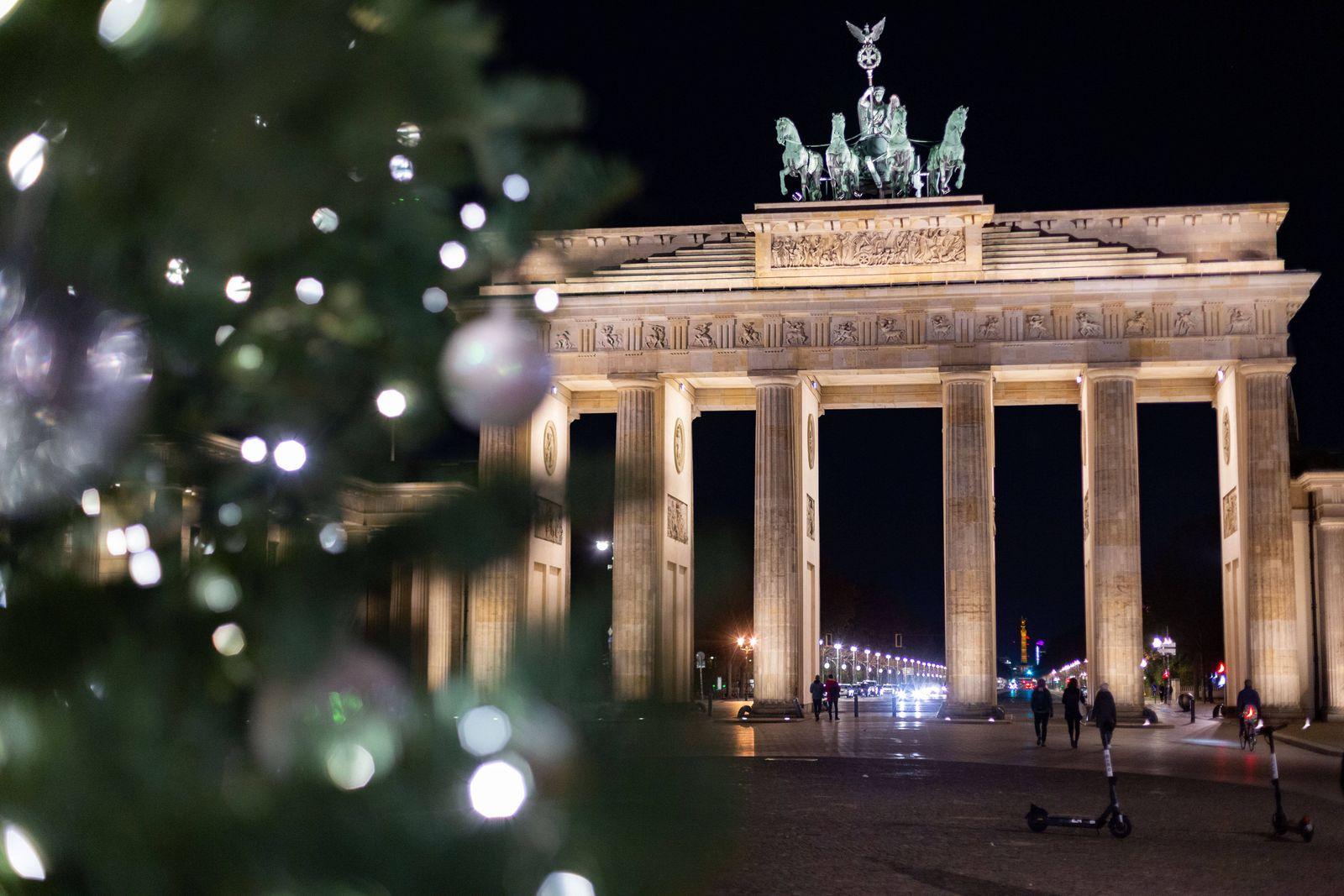Weihnachtsbaum vor dem Brandenburger Tor, Zum 1. Advent wurde der Weihnachtsbaum vor dem Brandenburger Tor angeschaltet