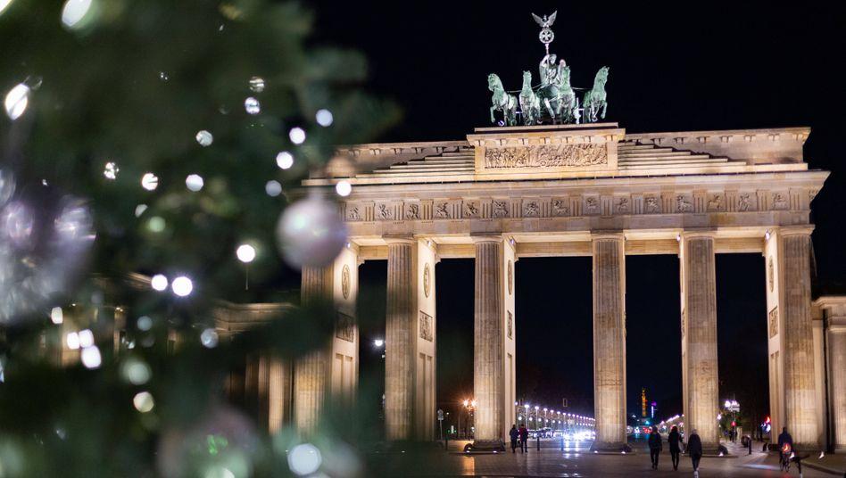 Weihnachtsbaum vor dem Brandenburger Tor in Berlin: Stille Zeit