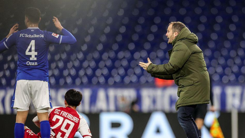 Schalke-Trainer Manuel Baum (rechts) feuert seine Spieler an, wirkte dabei aber zunehmend verzweifelt