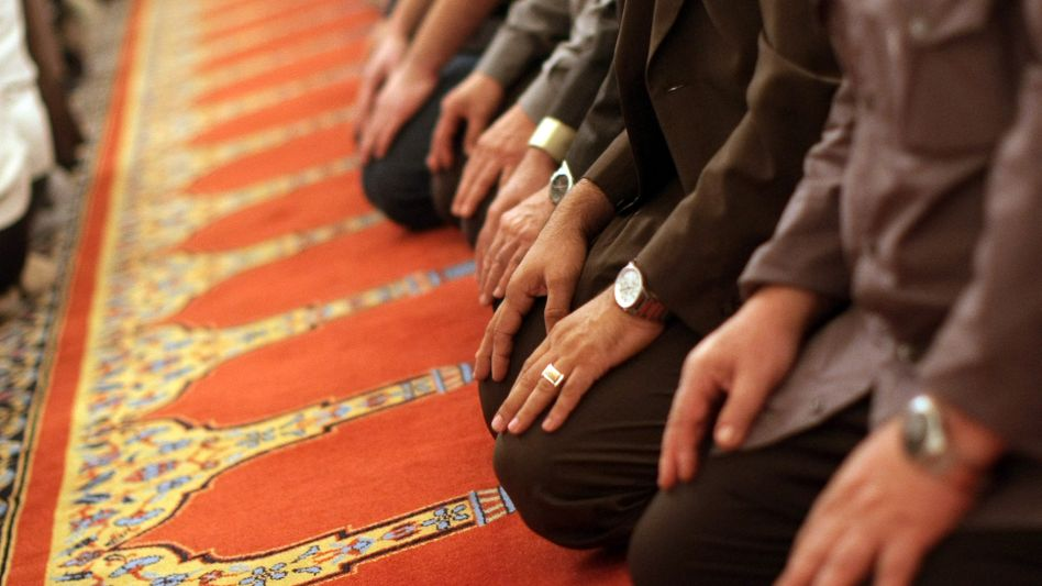 Betende Gläubige in Moschee: Wichtiger Spruch der Luxemburger Richter