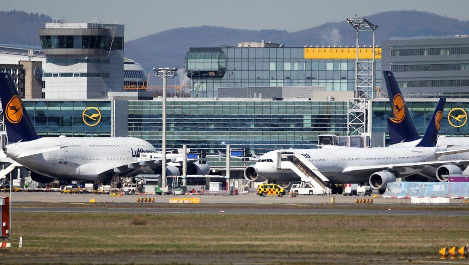 Geparkte Flugzeuge der Lufthansa am Frankfurter Flughafen - die Airline steckt tief in der Corona-Wirtschaftskrise