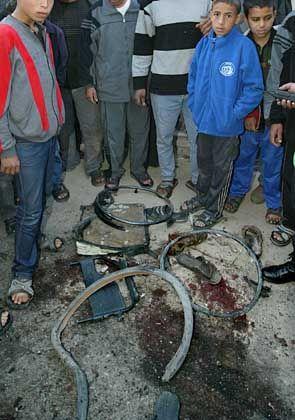 Der Ort des Attentats vor der Moschee: Gezielter Raketenanschlag auf den Scheich
