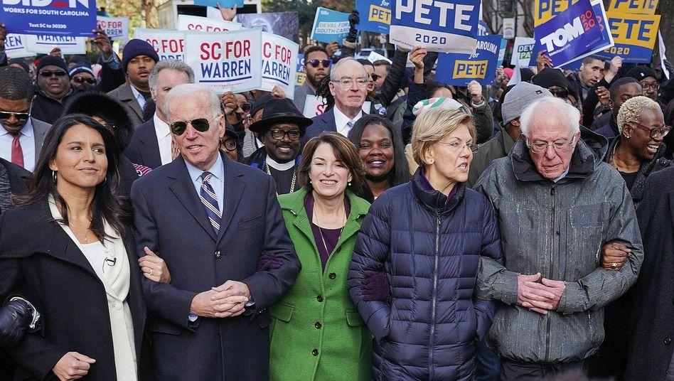 Demokratische Präsidentschaftsbewerber Tulsi Gabbard, Joe Biden, Amy Klobuchar, Elizabeth Warren und Bernie Sanders.