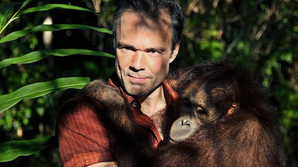 Buchverfasser Jaenicke mit Orang-Utan auf Borneo: Tropenbräune im Gesicht und in den Augen das Abenteuer