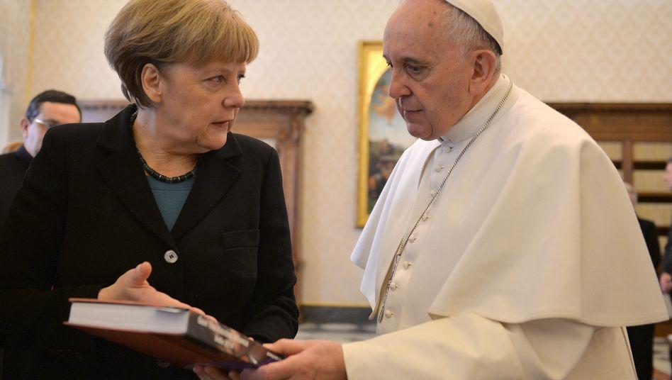 """Kanzlerin Merkel, Papst Franziskus (im Februar 2015): """"Sie schätzt jede Begegnung mit ihm außerordentlich"""""""