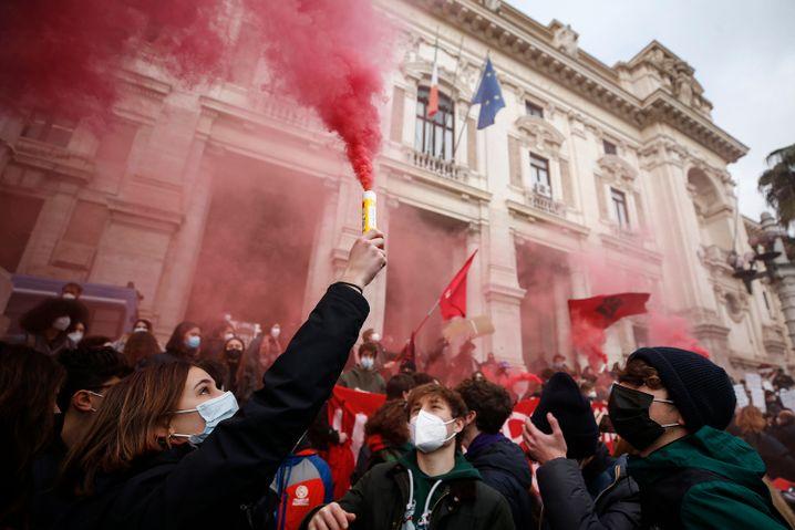 Schüler und Schülerinnen versammeln sich in Rom mit Fahnen und Leuchtfackeln vor dem Bildungsministerium, um gegen die Schließung von Schulen zu protestieren