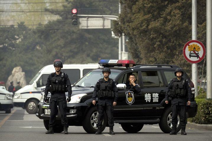 Eine Straße, die zum Diaoyutai Gästehaus in Peking führt, wird streng bewacht