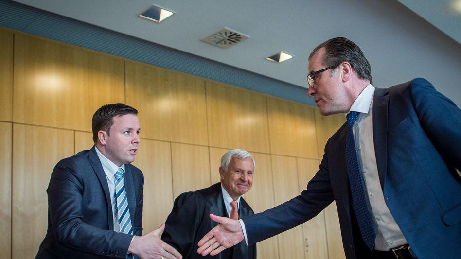 Clemens (rechts) und Robert (links) Tönnies Anfang März 2015 vor Gericht.