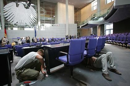 Der Plenarsaal im Reichstag: Letzte Woche wurde noch umgebaut, heute kommen die Abgeordneten