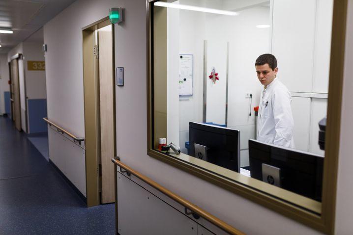Der weißrussische Arzt Kyril Halavach im Dienstzimmer in Holzminden