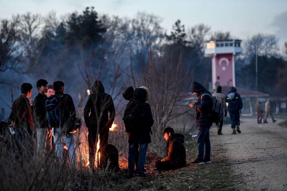 """""""Wir können sie nicht mehr aufhalten"""": Migranten vor einem türkischen Wachturm in der Provinz Edirne"""