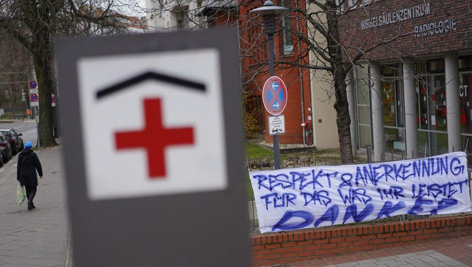 """Transparent vor einer Caritas-Klinik in Berlin: """"Respekt und Anerkennung für das, was ihr leistet. Danke!"""""""