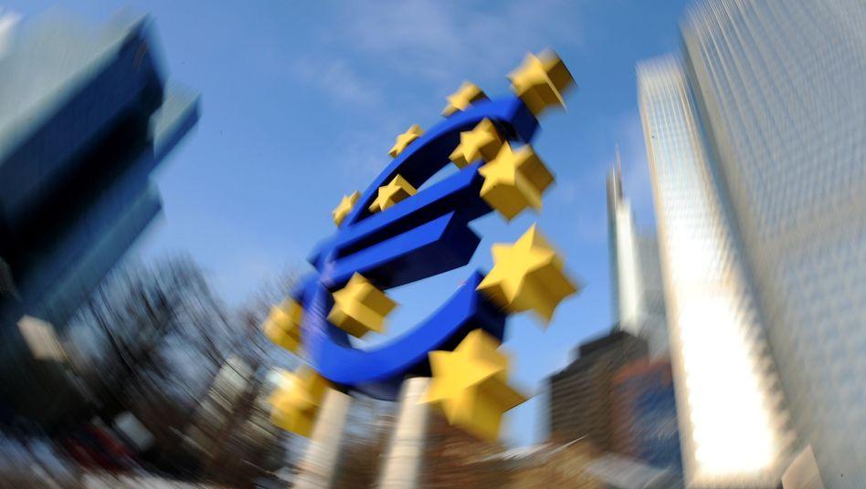 Euro-Symbol in Frankfurt: Die Finanzwelt könnte ins Taumeln geraten