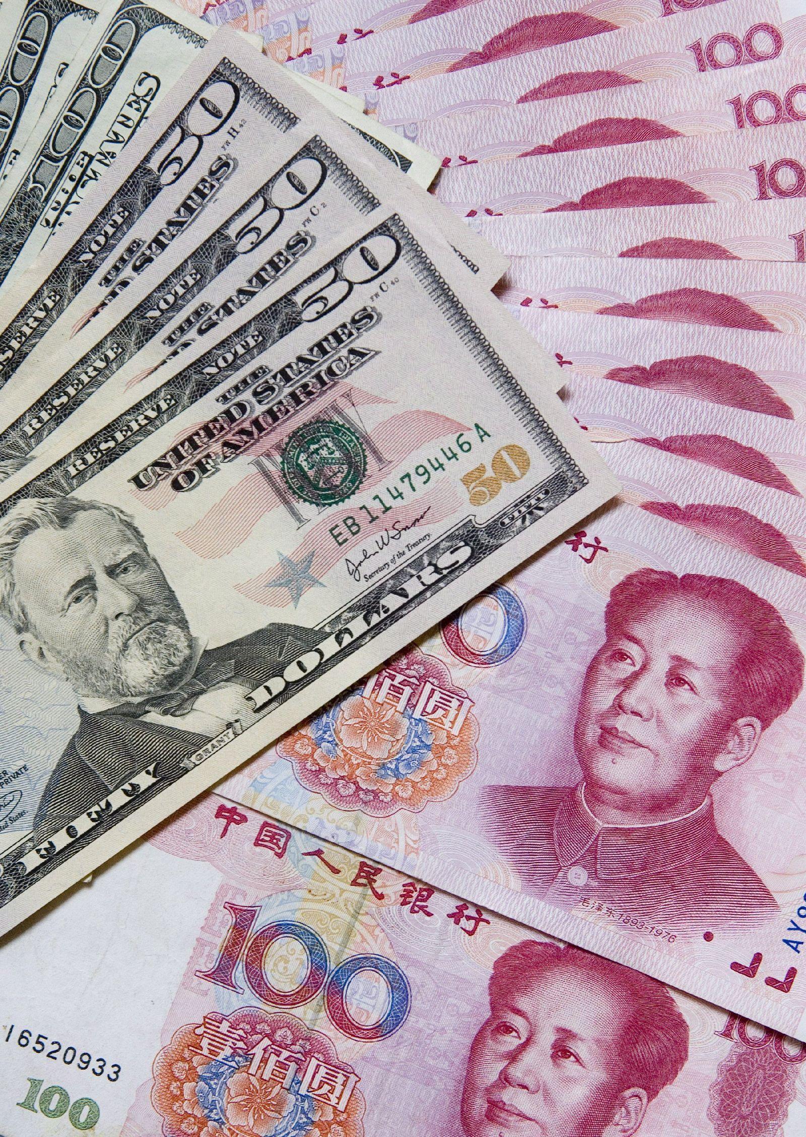 Chinesische Juan-Banknoten und US-Dollars