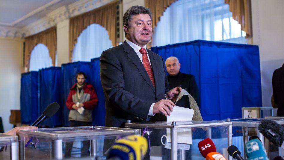 Präsident Poroschenko bei der Stimmabgabe am Sonntag: Knapper Erfolg