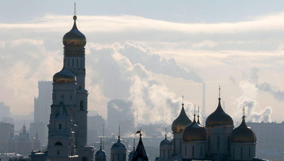 Rauchende Kraftwerke hinter Kirche in Moskau: Ohnehin schwache Wirtschaft