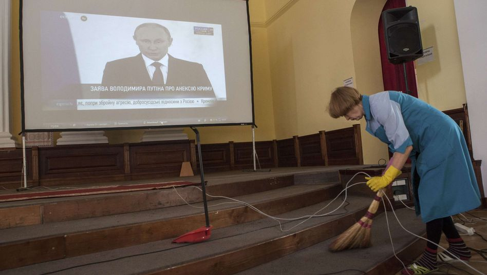 TV-Übertragung der Putin-Rede in einen Saal des Kiewer Rathauses: Sender-Chef angegriffen